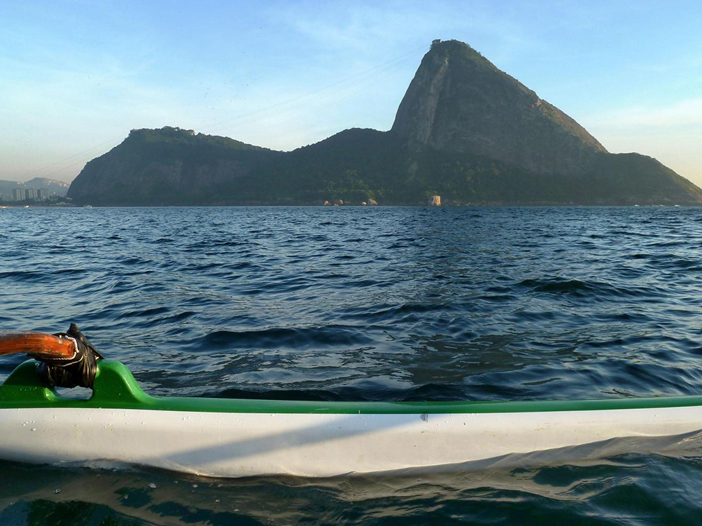 Excursão na baía de Guanabara a bordo de uma canoa Havaiana